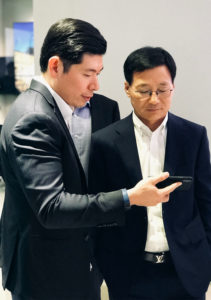 Anthony Tan Grab CEO shows Lee Sangchul Samsung SEA Oceania President an CEO the Grab app  - Anthony Tan Grab CEO shows Lee Sangchul Samsung SEA Oceania President and CEO the Grab app 211x300 - Grab and Samsung Sign MOU to Drive Digital Inclusion in Southeast Asia