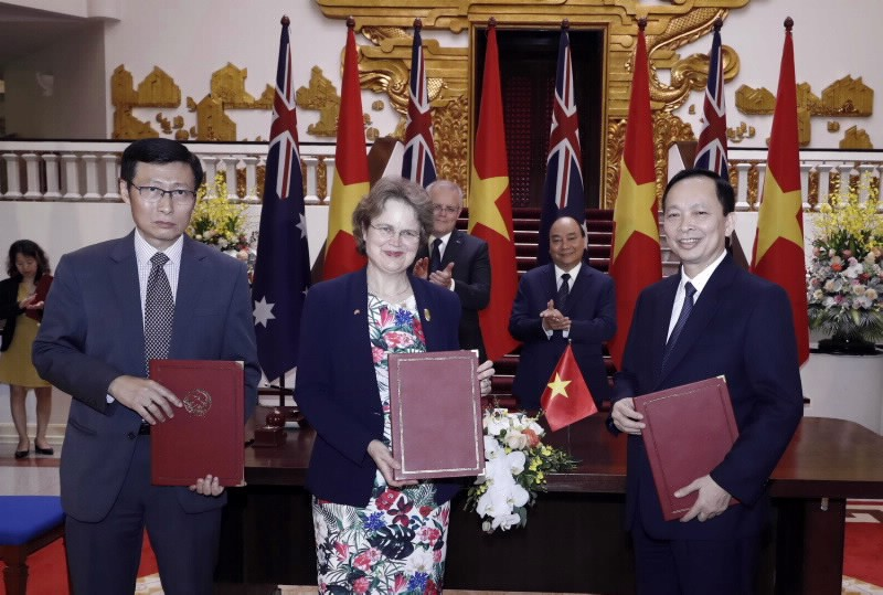 Deputy Governor Dao Minh Tu of the SBV, on behalf of the SBV Governor, signs a MoU on the development of the financial sector and financial inclusion with the representatives from the Australian DFAT and ADB, Photo: SBV
